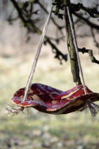 wiszące poidełko dla ptaków