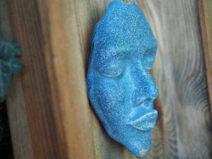 matowy-ceimny-blekit-dekoracyjna-maska